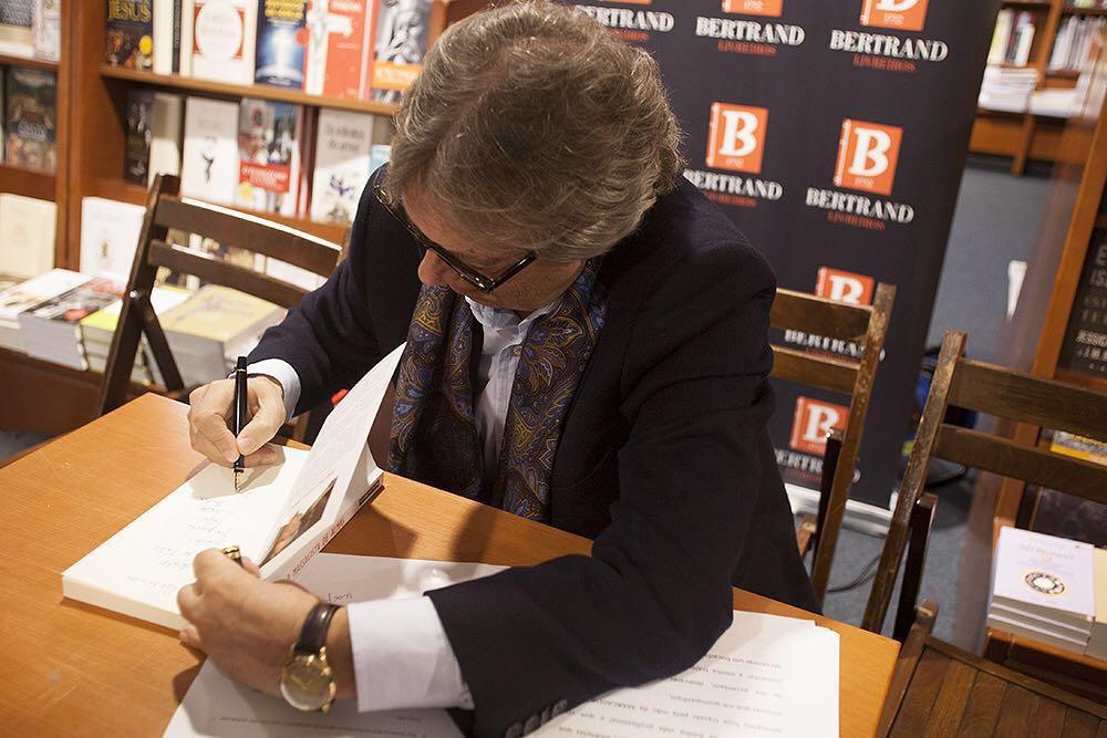 El autor firmando El Masajista de Almas